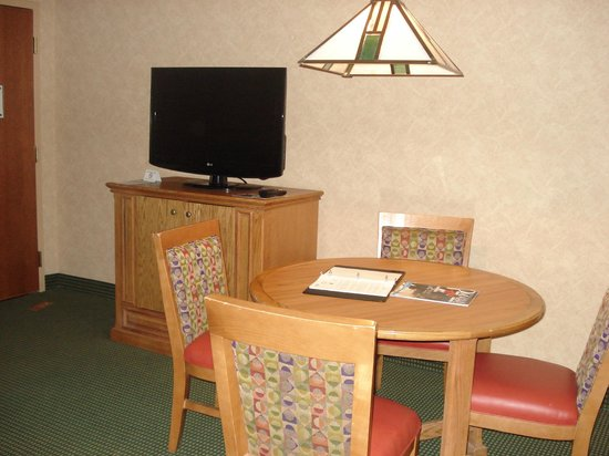 Embassy Suites Omaha Downtown/Old Market: Table & tv