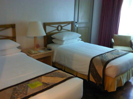 Waterfront Insular Hotel Davao: Two single beds