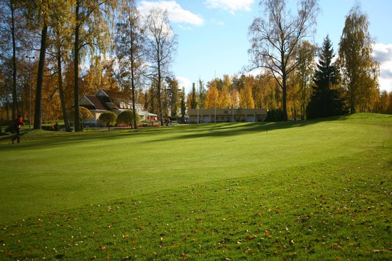 Haemeenlinna, Finlandia: Green of 18th hole in autumn, clubhouse behind