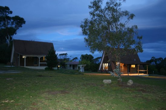 Bicheno, Australia: Bungalows at night