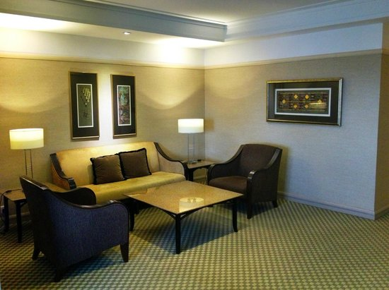 Pacific Regency Hotel Suites: The living room area.
