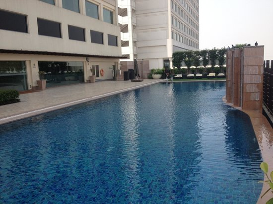 DoubleTree By Hilton New Delhi-Noida-Mayur Vihar: Swimming Pool of the hotel