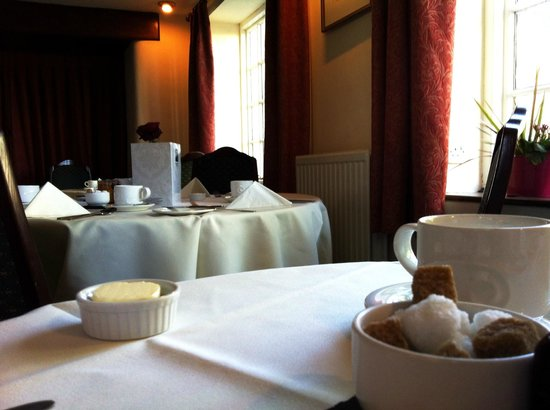 Mill House Hotel: brakfast in the dining room.