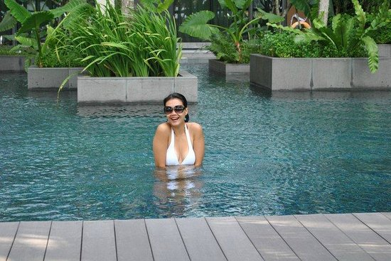 Crowne Plaza Changi Airport Hotel: Enjoying the swimming pool.