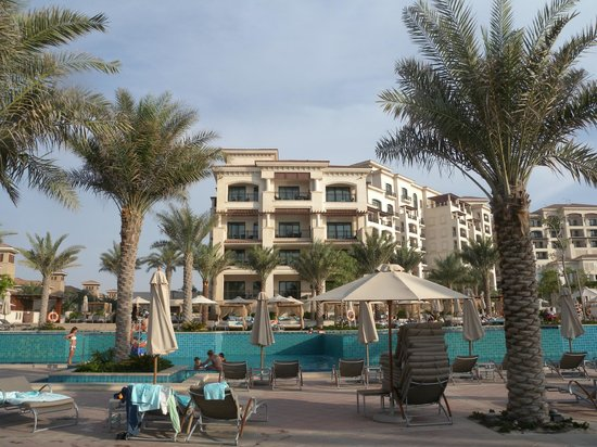 The St. Regis Saadiyat Island Resort: Vista Hotel da una piscina