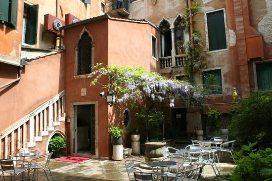Hotel San Moise: Courtyard