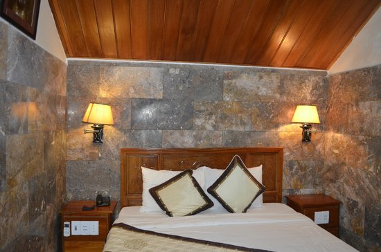 Phuoc An Hotel: the room  has thi highland feel to it because of wood and marble