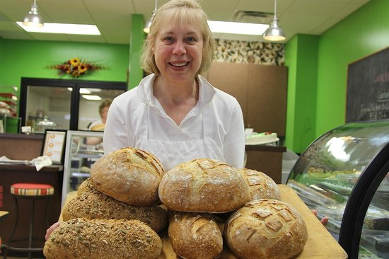 Martinsville, Wirginia: Darla, the owner, rushes fresh, hot loaves to counter for cooling.