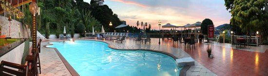 Karon Hillside Hotel: Swimming pool terrace