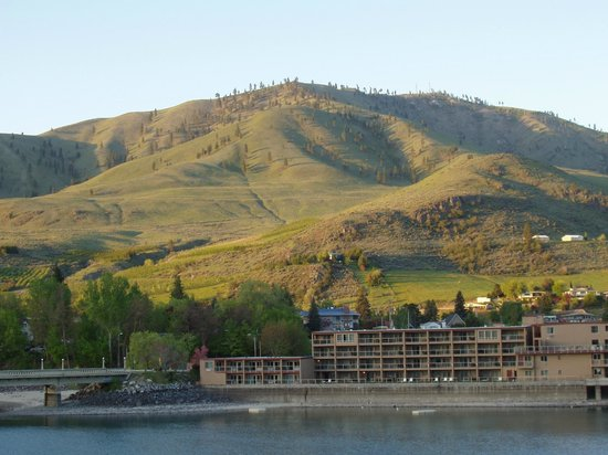 Chelan, Waszyngton: Splash of Sun on Distant Hills
