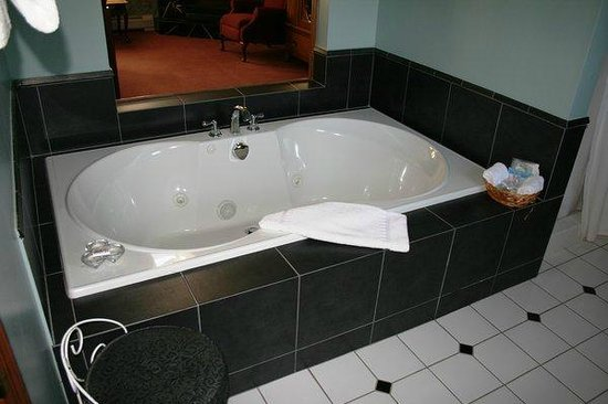 Windham, NY: Lavender Bath Tub