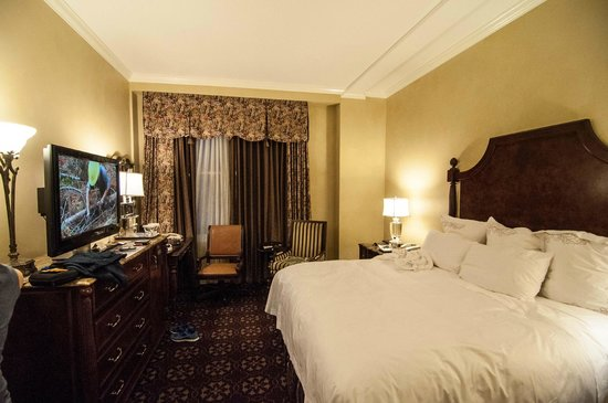 The Fairmont Empress : Our extremely small queen room!!!!!! 