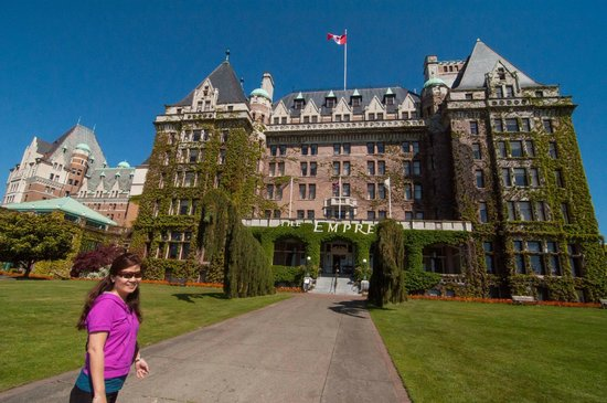 The Fairmont Empress : Stunning front of hotel......leads to false hope inside! 