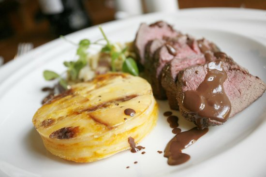 Brecon, UK: Venison, dauphinoise potatoes, cabbage & celeriac ragu & red wine chocolate sauce