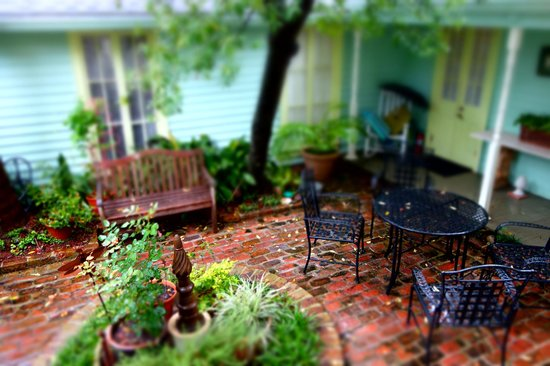 Chimes Bed and Breakfast: Area behind the main house on a rainy day.