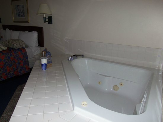 Red Roof Inn: Deep hot tub