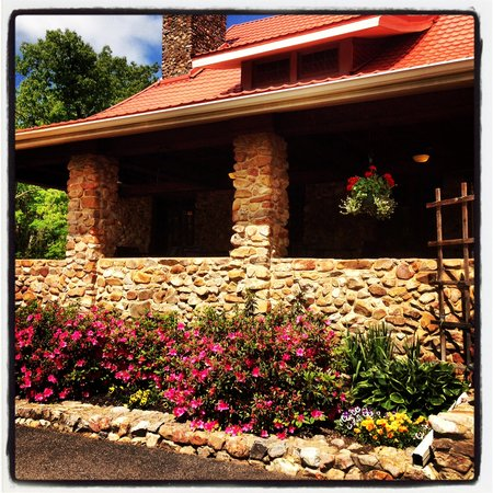 Hilltop Manor Bed & Breakfast: Azaleas in full bloom