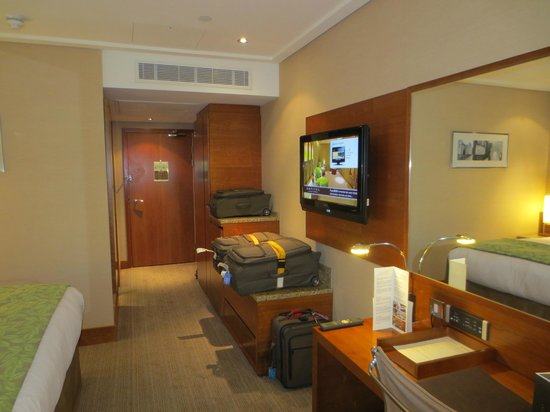 Sofitel London Heathrow: Standard room, wall-mounted flat-screen TV