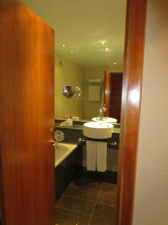 Sofitel London Heathrow: Bathroom (standard room)