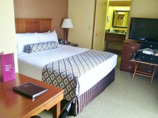 Crowne Plaza Atlanta Perimeter At Ravinia: Bedroom - Room 1012