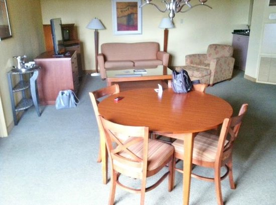 Crowne Plaza Atlanta Perimeter At Ravinia: Living Area - Room 1012