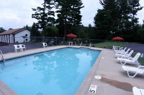 Chippewa Motel &amp; Suites: Seasonal Outdoor Pool