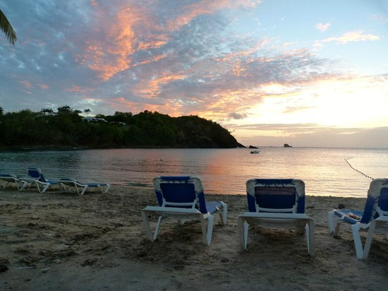 Smugglers Cove Resort &amp; Spa : beach at sunset 