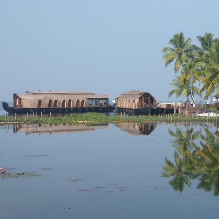 Kumarakom Lake Resort: Looking from the grounds towards the lake.