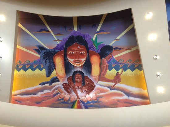 Sheraton Wild Horse Pass Resort & Spa: Native American mural in the resort lobby