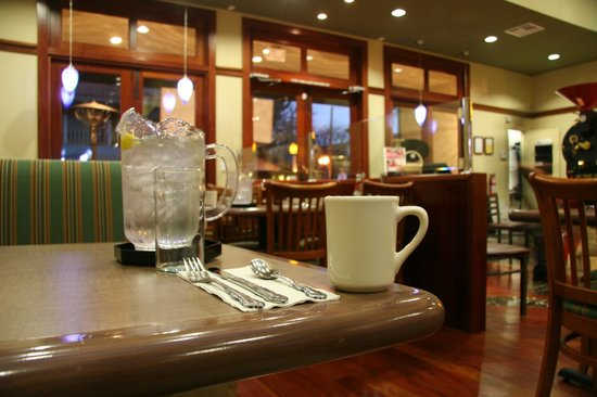 Los Altos, Californie : Pitcher of Water on Every Table