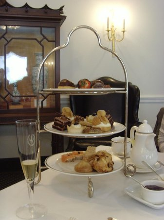 Williamsburg Inn: Afternoon tea delicacies ... yum!