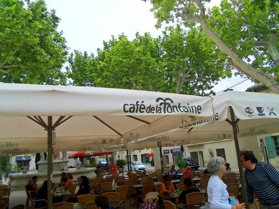 Maussane-les-Alpilles, Francia: The tent in the square outdoors across the street