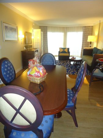 Parc Soleil by Hilton Grand Vacations Club: dinning table and living room with large door to balcony