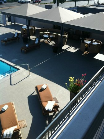 The Domain Hotel -  a Joie de Vivre Hotel : Cabanas by the pool