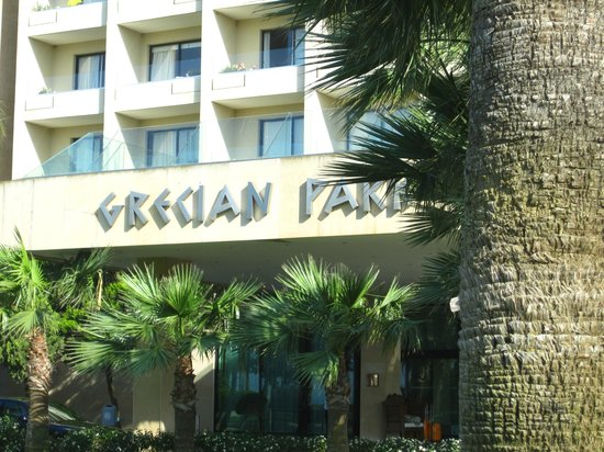 Grecian Park Hotel: Hotel from the front