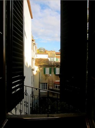 Hotel Casci: Room 6 - Opening the shutters