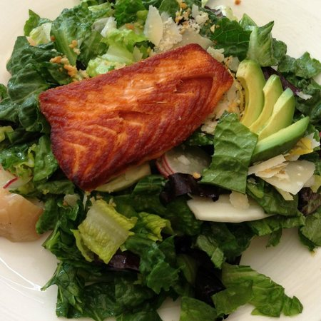 The Ritz-Carlton Chicago (A Four Seasons Hotel) : Deca Salad with Salmon 