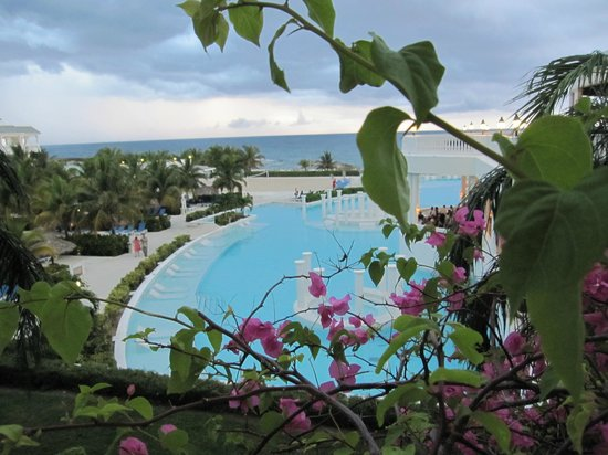 Grand Palladium Jamaica Resort &amp; Spa: View from sidewalk to pool.