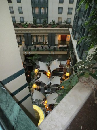 Radisson Blu Royal Hotel, Brussels : Looking down on atrium restaurant 