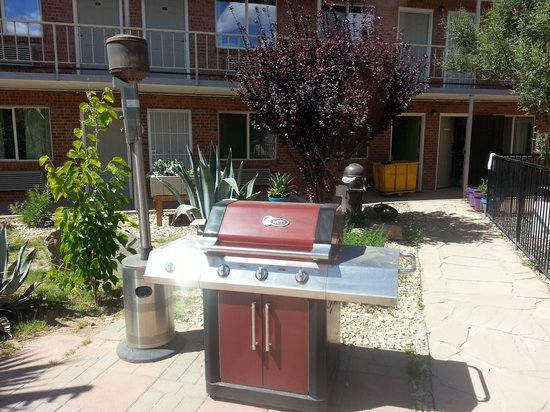 Americas Best Value Inn: Barbeque in the courtyard!