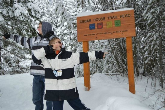 Cedar House Restaurant & Chalets Golden BC: The boys are a bit confused as to which direction to go :)