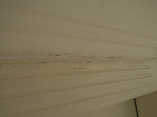 Royal Hideaway Playacar: Rotting molding in room