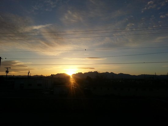 Americas Best Value Inn: Sunrise over the mountains as seen from the skywalk at