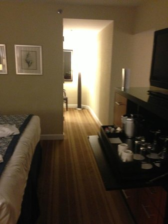 InterContinental Hotel Tampa: Room to bathroom - nice to have the hallway separation.