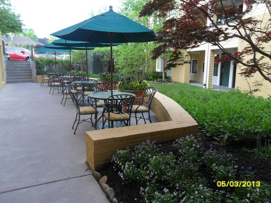Econo Lodge Riverside: outside area