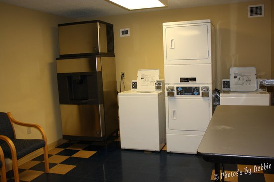 Econo Lodge Riverside: Laundry area