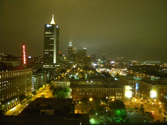 Renaissance Atlanta Midtown Hotel: Night shot of Atlanta from 21st floor