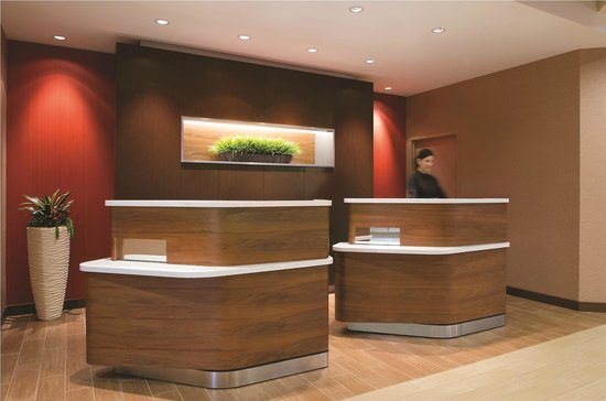 Courtyard by Marriott Los Angeles Woodland Hills: Welcome Pedastals