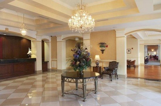 DoubleTree by Hilton Savannah Historic District: Lobby