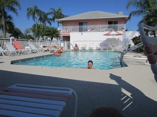 East Shore Resort Apartment Motel: Pool area